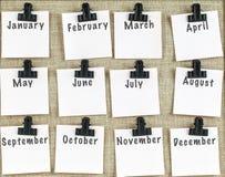 Monatsanmerkungen befestigt auf noticeboard Lizenzfreies Stockbild