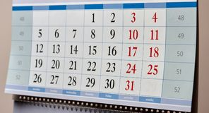 Monatskalender, der an der Wand hängt Lizenzfreie Stockfotos