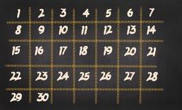 Monatskalender mit 30 Tagen auf Tafelhintergrund Stockfotografie