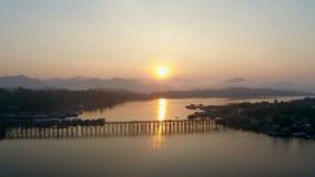 Monbrug, Sangkhlaburi, Kanchanaburi, Thailand, Azië stock videobeelden