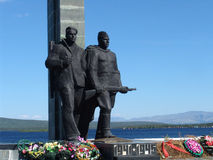 MONCHEGORSK, RUSSIE - 13 JUILLET 2010 : Le monument aux défenseurs de l'Arctique pendant la grande guerre patriotique de 1941-194 Image libre de droits