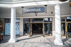 Moncler lager i Parndorf, Österrike arkivfoton
