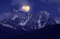 Mond über dem Hügel Stockfoto