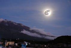 Mond über der Insel von Fogo Stockbild