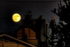 Mond über Fabrik stockfotografie