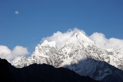 Mond über Himalaja-Bergen, Nepal Lizenzfreie Stockfotografie