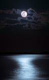 Mond über Meer Stockfoto
