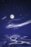 Mond über Meer nachts Lizenzfreies Stockfoto