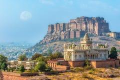 Mond über Mehrangarh-Fort mit Jaswant Thada Stockfotos