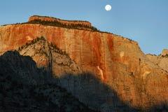 Mond über Osttempel Stockfoto