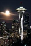 Mond über Seattle lizenzfreies stockfoto