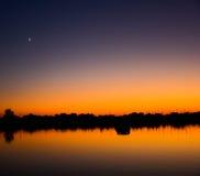 Mond über Sonnenuntergang lizenzfreie stockfotografie