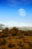 Mond über Wüste lizenzfreies stockbild
