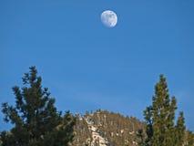Mond-Anstieg über Schnee-Berg stockbilder