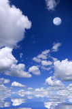 Mond auf dem Blau. Lizenzfreies Stockfoto