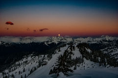 Mond-Aufstieg über Kaskaden-Bergen Stockfotos
