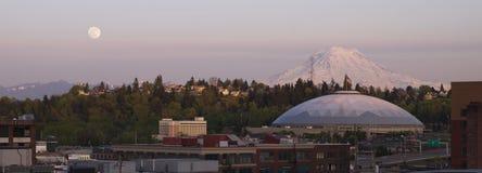 Mond-Aufstieg über Stadt-Skylinen Tacoma Washington United States Lizenzfreie Stockfotos