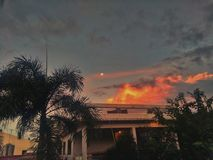 Mond bei Sonnenaufgang lizenzfreie stockfotos
