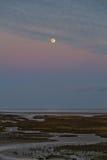 Mond über saltmarsh Stockfoto