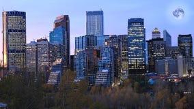 Mond, der über Calgary, Alberta steigt lizenzfreies stockfoto