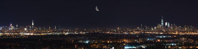 Mond, der über New- York Cityskylin steigt Stockbilder