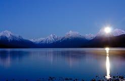 Mond, der über See steigt Stockfotografie