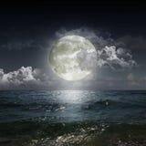 Mond, der in einem See sich reflektiert Lizenzfreies Stockfoto