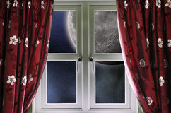 Mond durch ein Fenster stockfoto