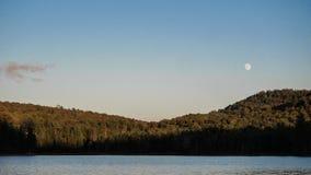 Mond durch einen See Lizenzfreies Stockbild