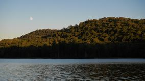 Mond durch einen See Stockfotografie