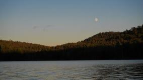 Mond durch einen See Lizenzfreie Stockfotografie