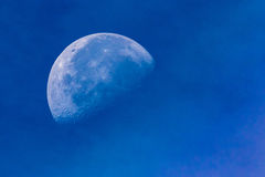 Mond im Tageslicht Stockbild