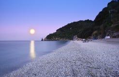 Mond mit Reflexion über dem Meer Stockfotos