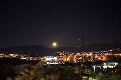 Mond in Mostar stockfotos