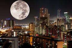 Mond-Nachtstadt stockfotografie
