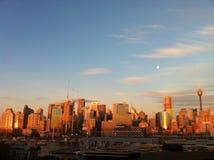 Mond u. Sun über Stadt Stockbilder