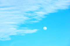 Mond und blauer Himmel Stockfoto