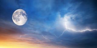 Mond und Blitz Lizenzfreie Stockfotografie