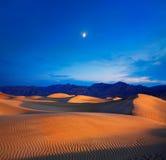 Mond und Dünen Lizenzfreie Stockfotos