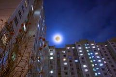 Mond und lebendes Gebäude des Hochhauses Lizenzfreies Stockfoto