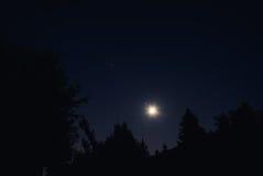 Mond und sternenklare Nacht Stockbild