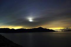 Mond und Teich mit dem Überraschen der bunten Leuchten Lizenzfreies Stockfoto