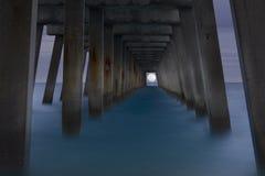 Mond unter dem Pier Lizenzfreies Stockfoto