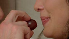 Mond van vrouw die druif eten stock video