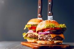 Mond-water geeft twee, heerlijke eigengemaakte die hamburger wordt gebruikt om rundvlees te hakken royalty-vrije stock fotografie
