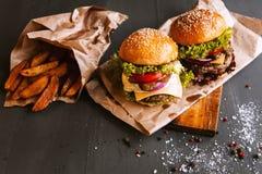 Mond-water geeft twee, heerlijke eigengemaakte hamburger stock foto's
