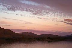 Mondaufstieg und fantastische Sonnenuntergangzeit Lesundøya-Insel, Norwegen lizenzfreie stockfotografie