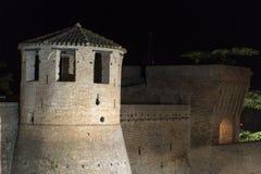 Mondavio (gränser, Italien) vid natt Arkivfoton
