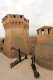 Mondavio (Marsen, Italië) - Muren en torens Stock Foto's
