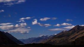 Mondbeschiene Nacht in den Bergen Geschossen auf Kennzeichen II Canons 5D mit Hauptl Linsen 4K stock footage